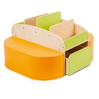 Bücherinsel aus Holz mit Sitzflächen in orange und grün